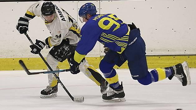 Povinná výhra. Hokejisté Rakovníka (v bílém) zdolali na svém ledě poslední Neratovice těsně 3:2.