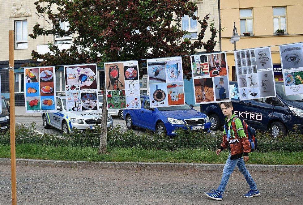 Obrázky žáků Základní umělecké školy v Rakovníku před radnicí.