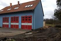 Stavební práce na hasičské zbrojnici v Jesenici na konci března 2021.