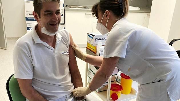 V rakovnickém očkovacím centru v Masarykově nemocnice bylo aplikováno již 27 tisíc dávek vakcín. Jedním z prvních, kde se zde nechal očkovat, byl senátor a radní města Ivo Trešl.