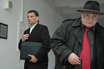 Martin Remsa odchází od soudu nespokojen (vlevo na fotografii)