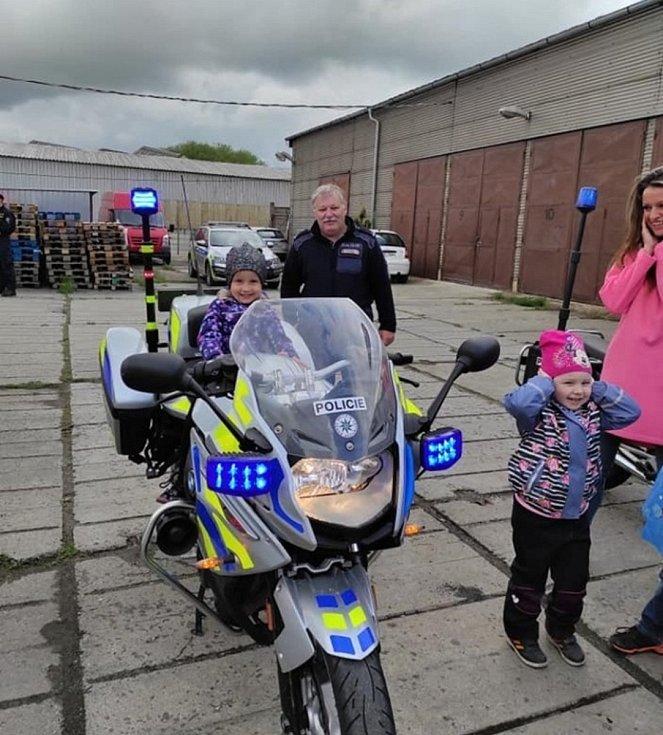 Třída Dráčků z mateřinky Klicperova v Rakovníku navštívila areál dopravní policie, kde jim policisté a hasiči přiblížili svoji činnost.