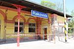 Opravy hlavní budovy vlakového nádraží v Rakovníku stále probíhají.