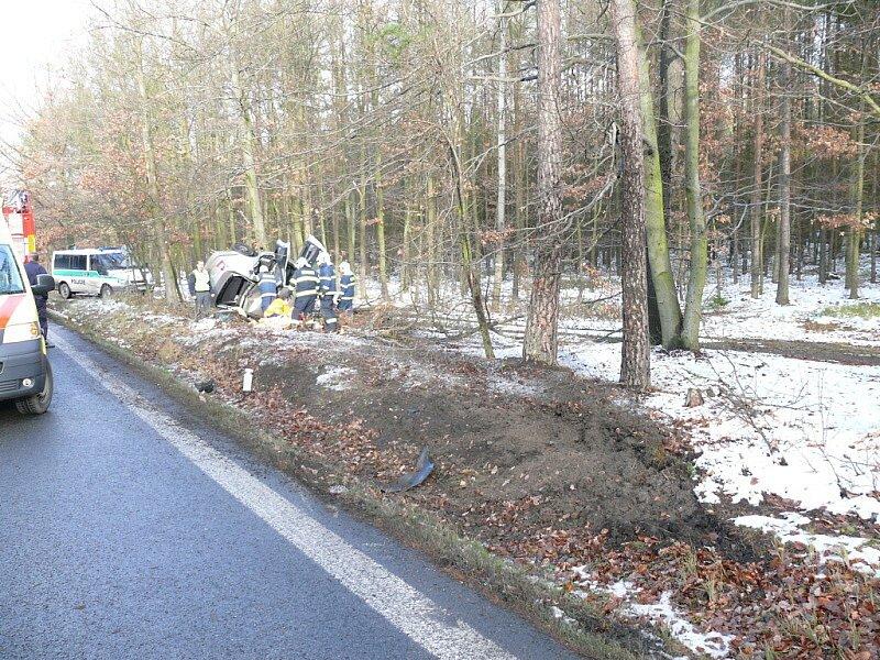 Auto narazilo do stromu a dvě osoby utrpěly zranění.