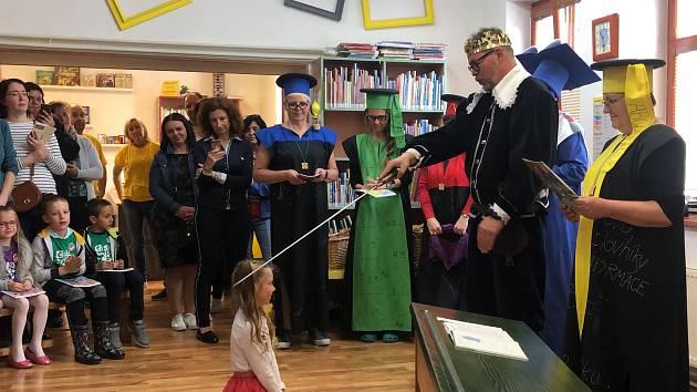 S velkým zájmem se každý rok setkává už tradiční slavnostní Pasování na čtenáře pro děti z prvních tříd, do kterého se letos opět kromě pracovnic knihovny v čele s ředitelkou Milenou Křikavovou (úplně vlevo) zapojil v roli krále i místostarosta Jan Švácha