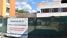 V areálu rakovnické nemocnice se buduje nový vstup.
