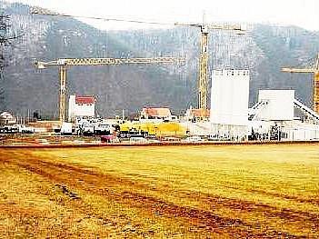 Vznikající obří stavba na okraji CHKO Křivoklát.