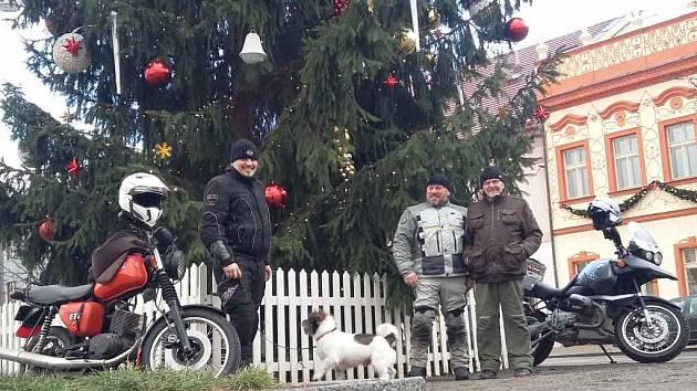 Motorkáři u vánočního stromu v Rakovníku