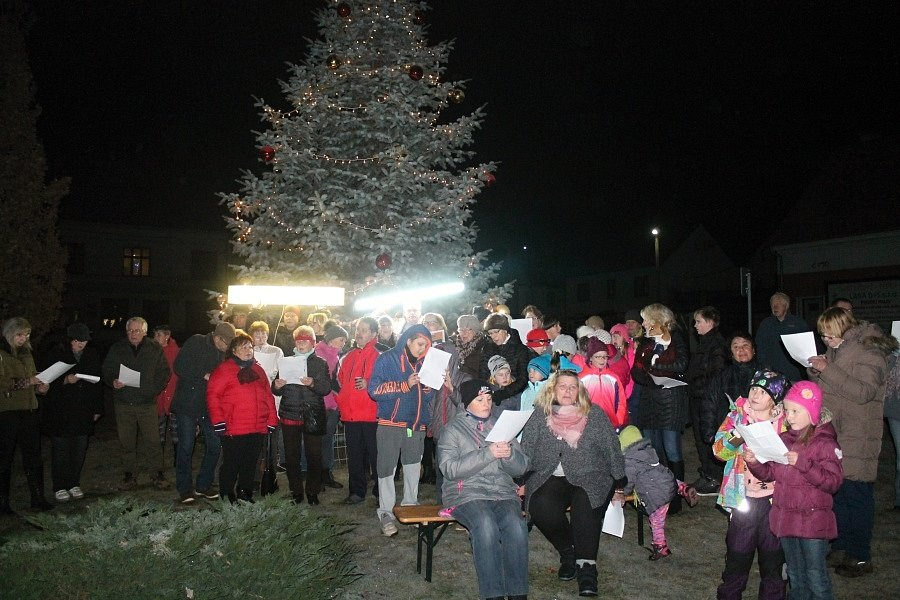 Zpívání koled v Čisté před vánočním stromkem.