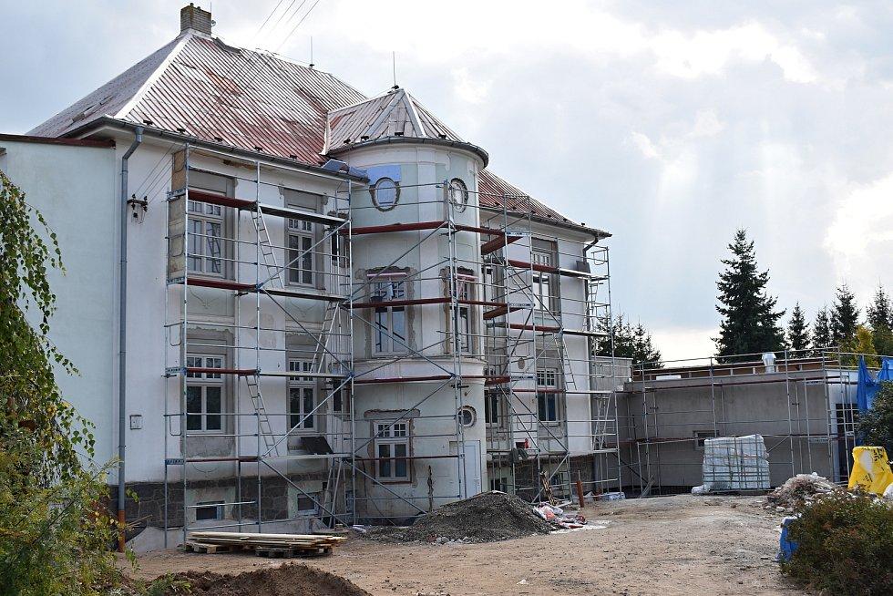 Rekonstrukce původní budovy jesenické školky a nová přístavba pomalu finišují.