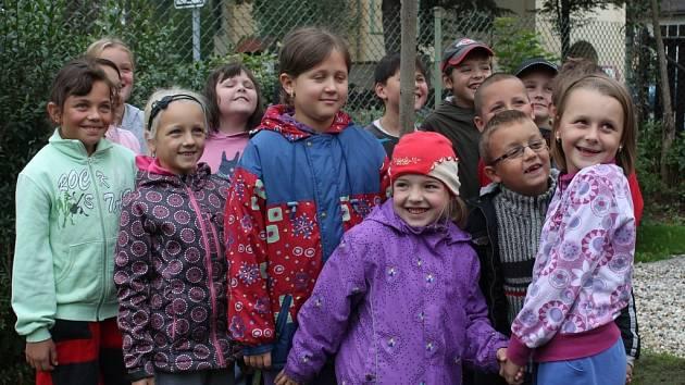 Žáci ZŠ Olešná vysázeli Strom míru na hřišti před školou