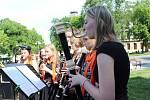 Žáci a učitelé ZUŠ Nové Strašecí připravili v rámci celostátní akce ZUŠ OPEN pro diváky program na Komenského náměstí.