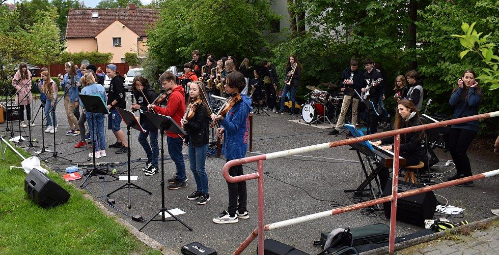 Z vystoupení kapely ZUŠ Rakovník The Smallpeople před pečovatelským domem.