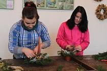 Budoucí zahradníci ISŠ Jesenice tvoří vazbu