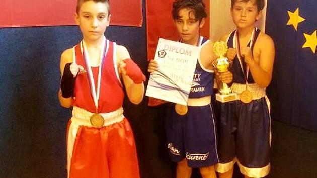 Kamil Melč a Miroslav Panoška  s vítězem kategorie školní mládež do 30 kg Filipem Horvátem (uprostřed)