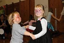 Při karnevalu se to v sokolovně hemžilo klauny, artistkami i exotickými zvířaty.