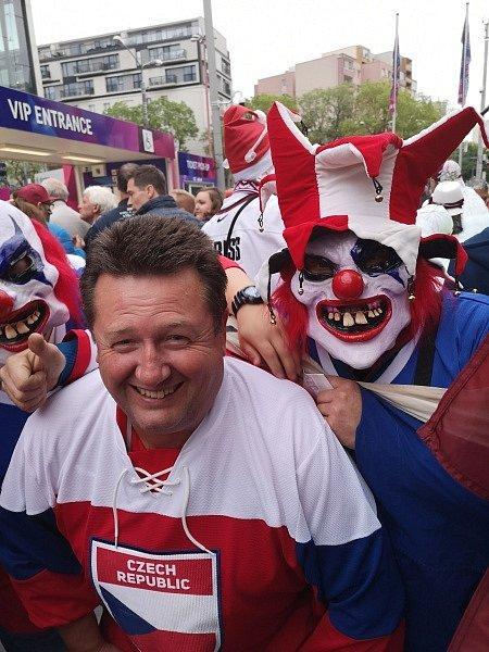Na MS světa v ledním hokeji vyrazil i Jiří Froněk, předseda TJ Tatran Rakovník s advokátem Jiřím Černým.