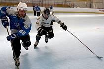 Inline hokejisté (v bílém) doma jednou vyhráli a jednou prohráli na nájezdy.