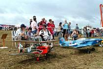 Počasí sice Model Air Festu letos nepřálo, přesto si na něj udělala čas řada diváků. jejich pozornost přilákala nejen velkolepá bitva, ale také mnoho zdařilých modelů letadel.