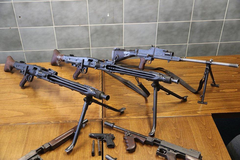 Kriminalisté Národní centrály proti organizovanému zločinu služby kriminální policie a vyšetřování (NCOZ) obvinili trojici mužů ze středních Čech a jižní Moravy ze spáchání trestného činu nedovolené ozbrojování.