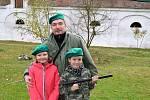 Nejen střelbu z airsoftových zbraní, ale i věrohodné maskování či běh v plynové masce si mohli o sobotní akční odpoledne užít ve Společenství Dobromysl děti i dospělí.