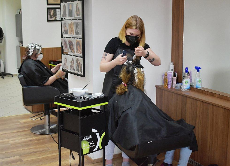 V rakovnickém kadeřnictví Nikola Vágnerová (Salon Expert) po dlouhých měsících lockdownu od pondělního rána přivítali první zákazníky.