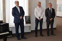 Tajemník městského úřadu Jiří Tláskal (vlevo) v Městské galerii Viktora Olivy v Novém Strašecí.