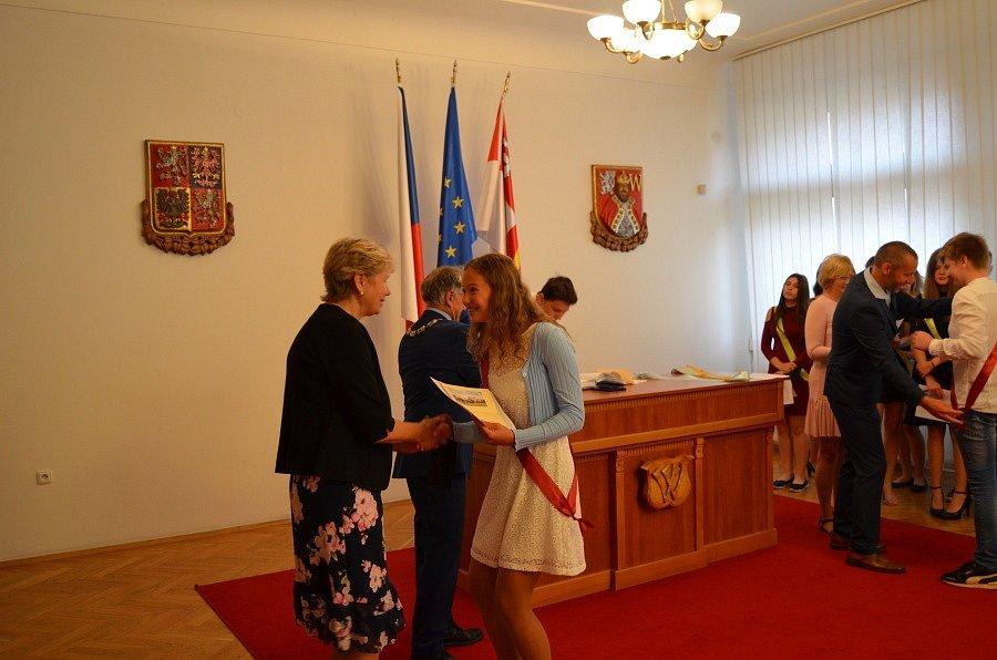 Slavnostní předání vysvědčení žákům devátých tříd novostrašecké základní školy na Městském úřadě Nové Strašecí.
