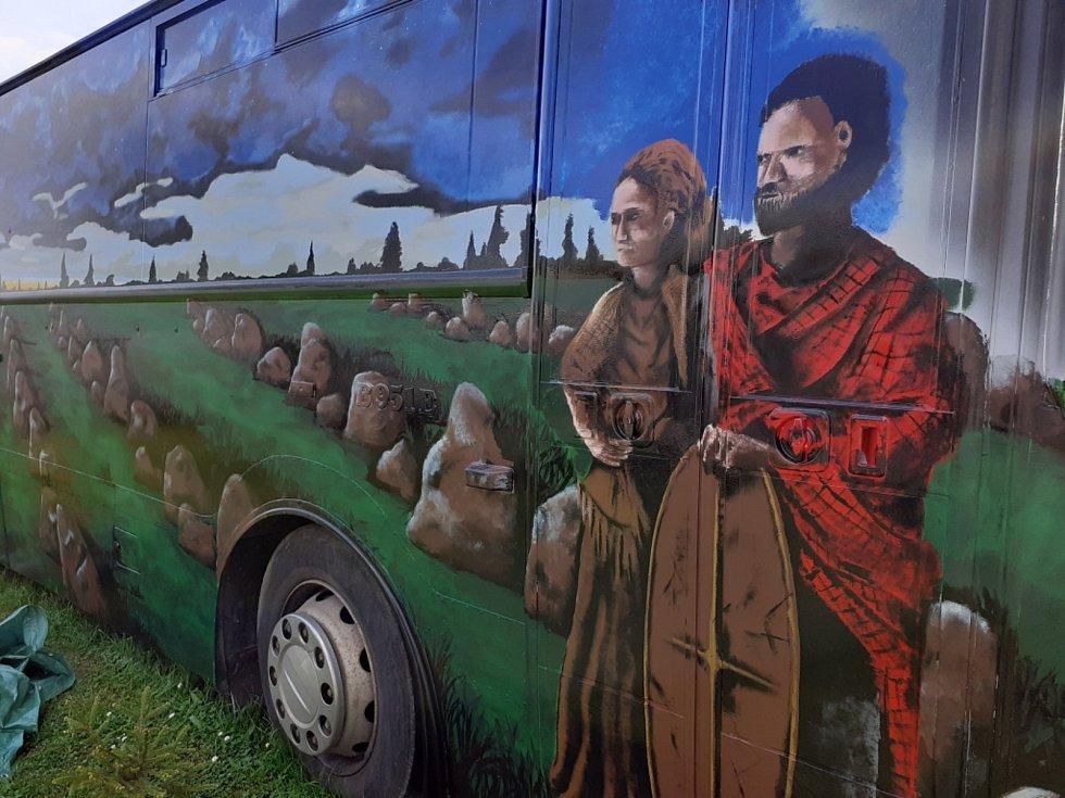 Před pár týdny to byl ještě docela obyčejný autobus. Dnes je turistickou atrakcí v centru Kounova.