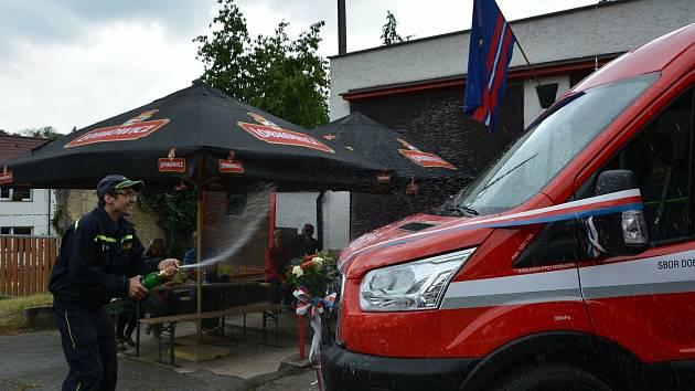 Sbor dobrovolných hasičů Zbečno má nový dopravní automobil.