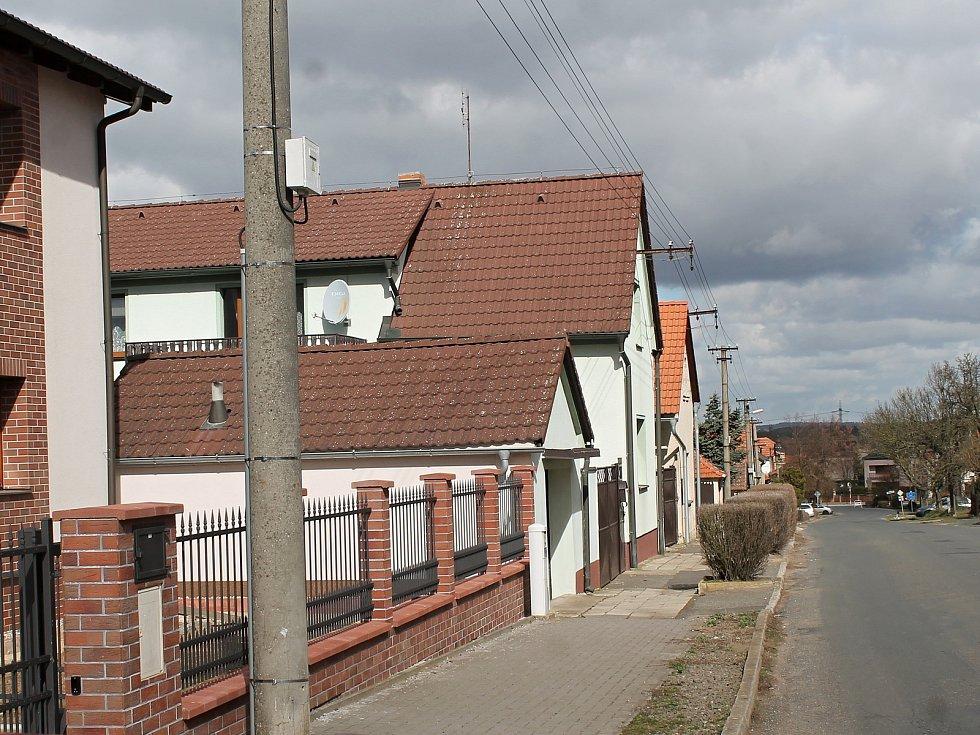 Chrášťany - chodník směrem ke kapličce by měl projít rekonstrukcí.