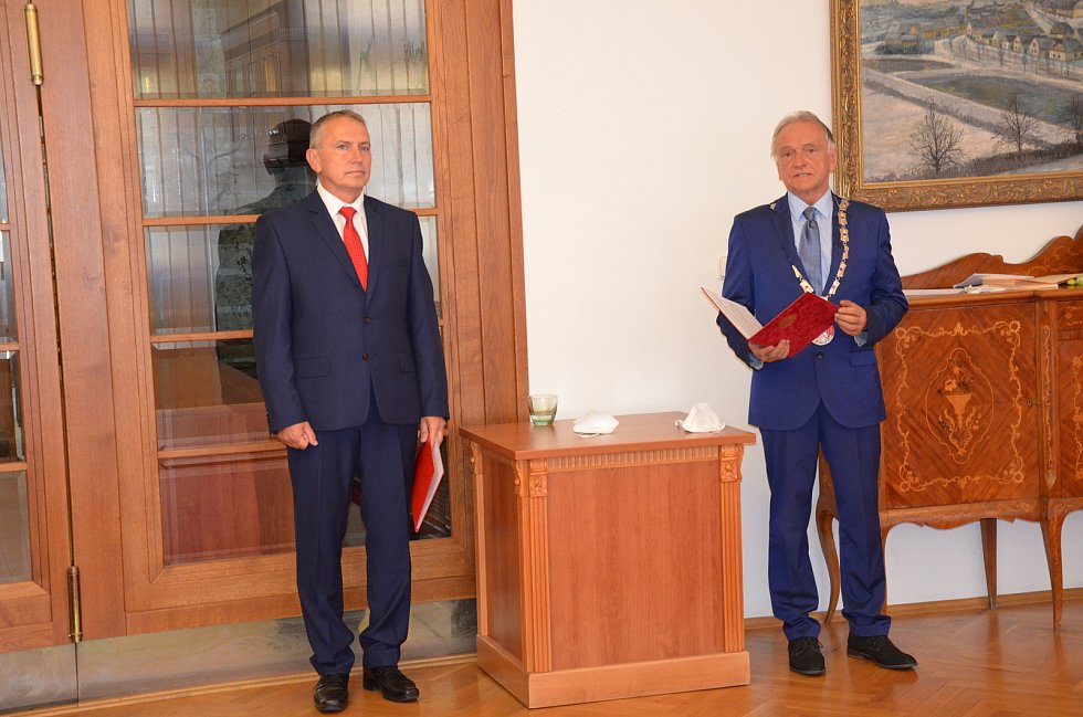 Slavnostní imatrikulace studentů novostrašeckého gymnázia se uskutečnila na městském úřadě.