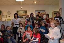 V Novém Strašecí zpívali lidé v městské knihovně