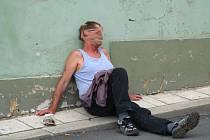 Páteční koncert na náměstí ho zmohl natolik, že usedl na chodník.