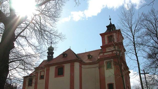 Kostel skrývá i cenný interiér. U kostela se nachází několik laviček k posezení a pohledem na nádhernou přírodní scenérii