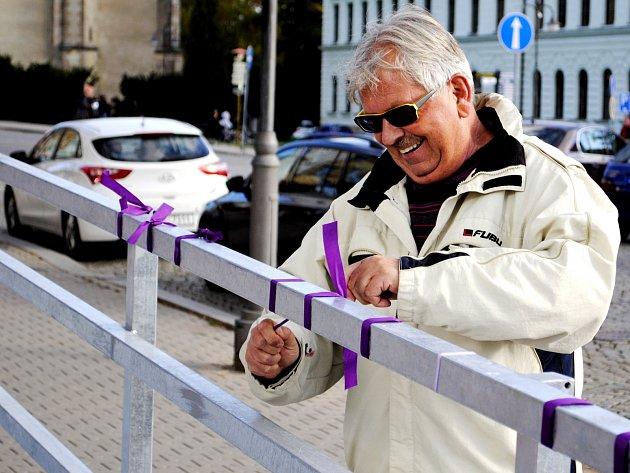 Rakovničané protestují proti nevkusné rampě u České spořitelny na Husově náměstí fialovými stuhami.