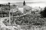 """Pohled do křovinaté """"Džungle"""" v roce 1979. Panelový dům uprostřed snímku byl zatím jediným v této části města."""
