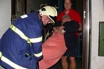 Kromě likvidace požárů musejí hasiči často zasahovat při vyprošťění osob z bytu.