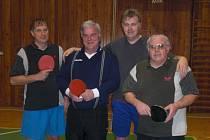 Největší radost v letošním okresním poháru čekala na stolní tenisty KK Rakovník (zleva)-Jiří Holý, Václav Havel, Jan Štengl a Jiří Fojtík, vedoucí mužstva.