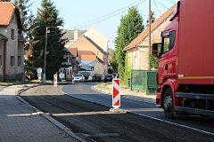 Žateckou ulicí vede objížďka na Plzeň. Ta se ale nyní částečně uzavřela.