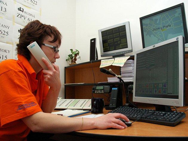 Operátorky linky 155 mají velmi zodpovědný úkol – podle telefonátu rozhodují, jakou posádku v dané situaci k pacientovi vyslat. A nejen to – často také volajícím na dálku radí, jak mají postupovat do chvíle, než na místo dorazí profesionální záchranáři.