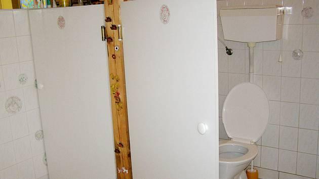 Hodně málo soukromí poskytují lítačky na záchodech v Ráčku.  Změnit se to musí nejpozději do konce prázdnin.