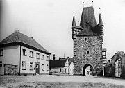 Prostranství před Pražskou bránou po roce 1937, když už zde stálo nové děkanství.
