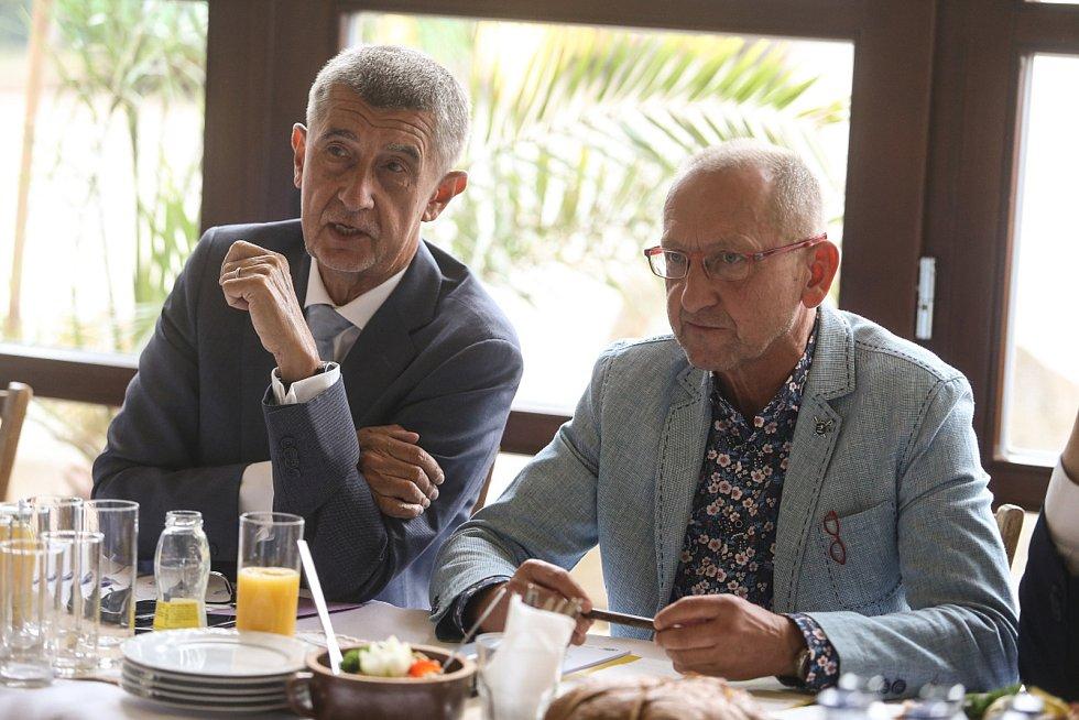 Premiér Andrej Babiš a jednatel firmy Lupofyt a zároveň předseda Okresní agrární komory Rakovník Jaroslav Mikoláš.