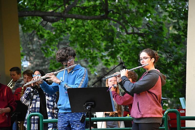 Koncert kapel The Smallpeople a Grippeds v Čermákových sadech v Rakovníku.