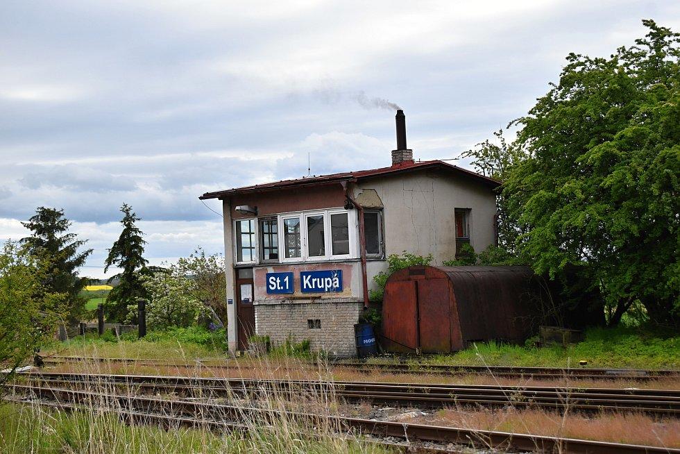Na vlakové trati Lužná u Rakovníka - Deštnice by mělo dojít k omezení provozu na víkendové vlaky a týdenní dojížďku.