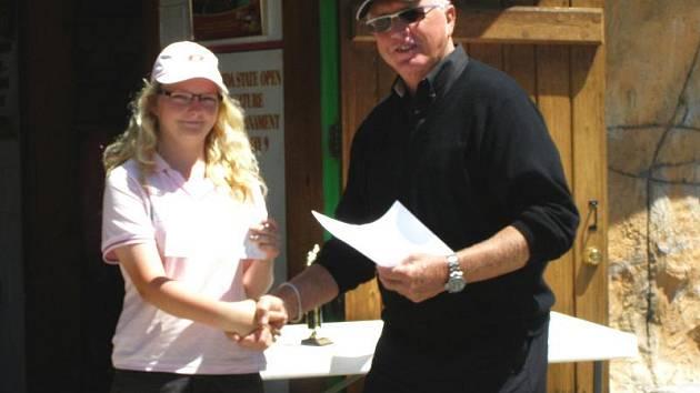 Olivia Prokopová přebírala šek za čtvrtou příčku mezi profesionály z rukou prezidenta USPMGA Boba Detwilera se smíšenými pocity.