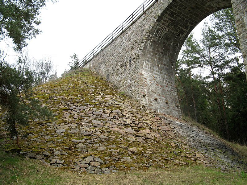Oblouky mostu jsou vysoké přes dvanáct a půl metru