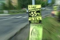 Reklamní letáky nezmizí od silnic