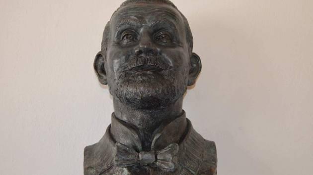 Městkou galerii zdobí busta rodáka Viktora Olivy.
